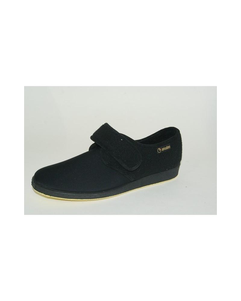 Pantofola in tessuto elasticizzato e strappo. Fondo in gomma.